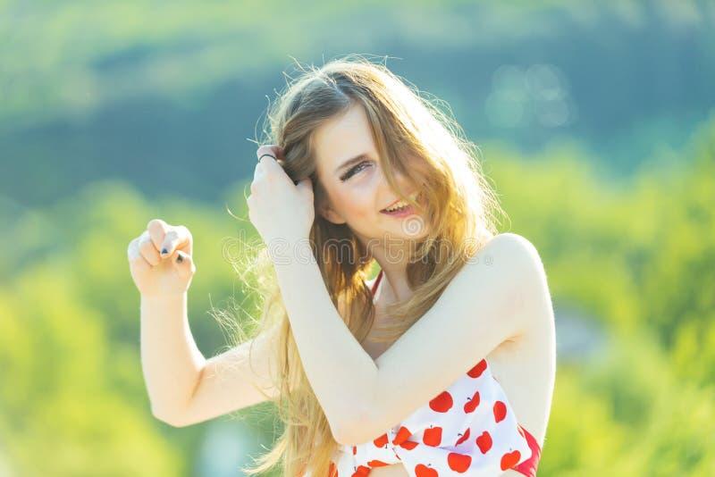 Vlechtconcept Het gelukkige haar van de vrouwenvlecht op zonnige openlucht Jonge meisjesglimlach met vlecht Bruine Lange Haar dic royalty-vrije stock fotografie