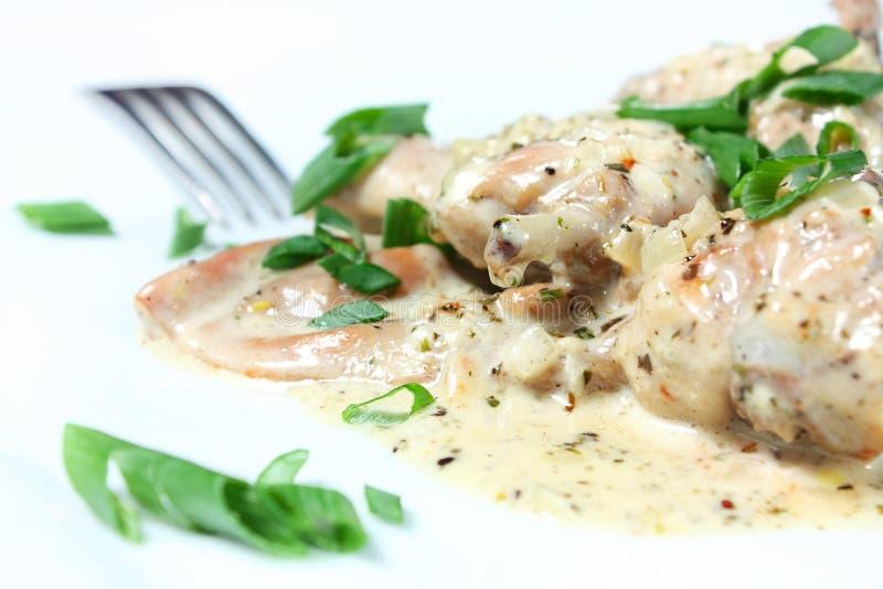 Vlees dat van konijn in een kruidige sausclose-up wordt gestoofd stock afbeeldingen