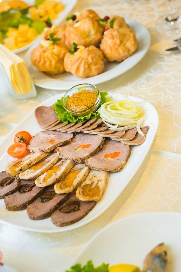 Vlees in de banketzaal bij het huwelijk stock foto's