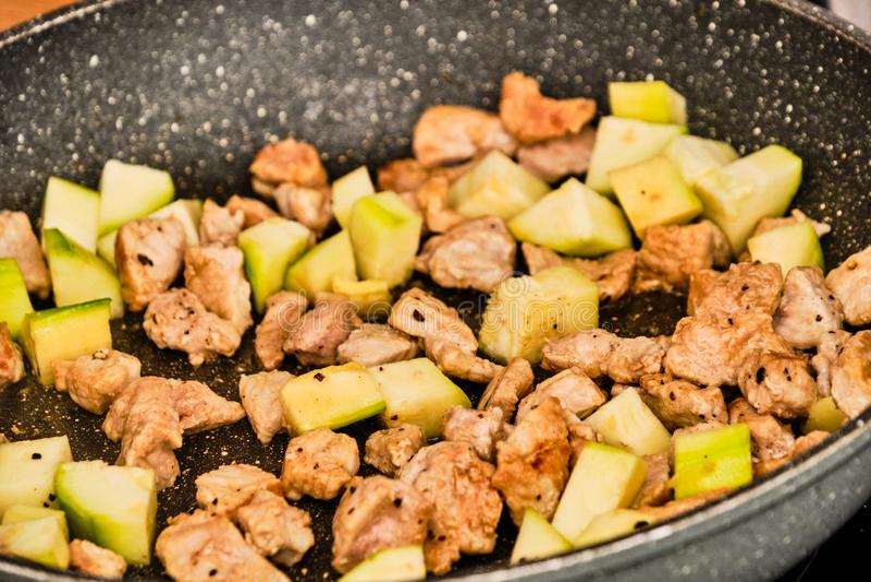 Vlees en courgette op pan royalty-vrije stock foto