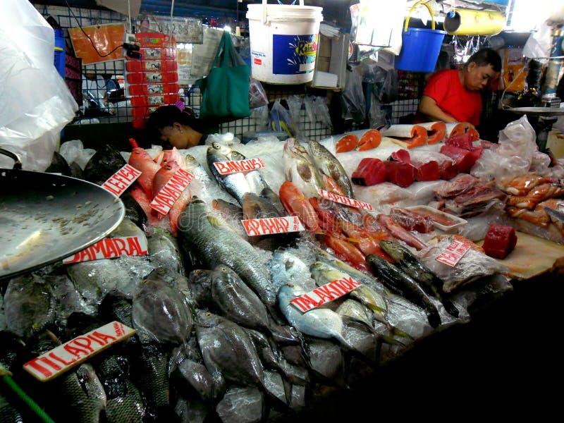 Vlees en vissenverkoper in een natte markt in cubao, quezon stad, Filippijnen stock foto's