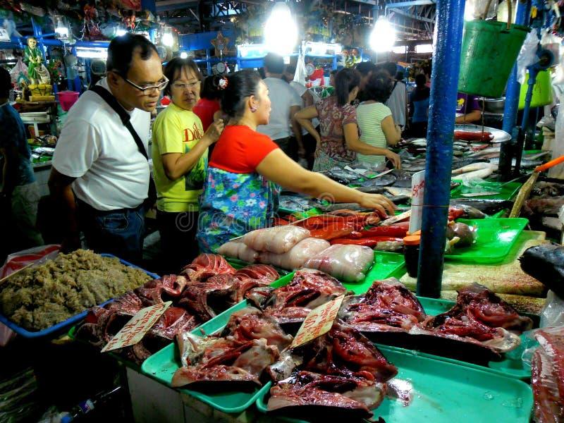 Vlees en vissenverkoper in een natte markt in cubao, quezon stad, Filippijnen royalty-vrije stock fotografie