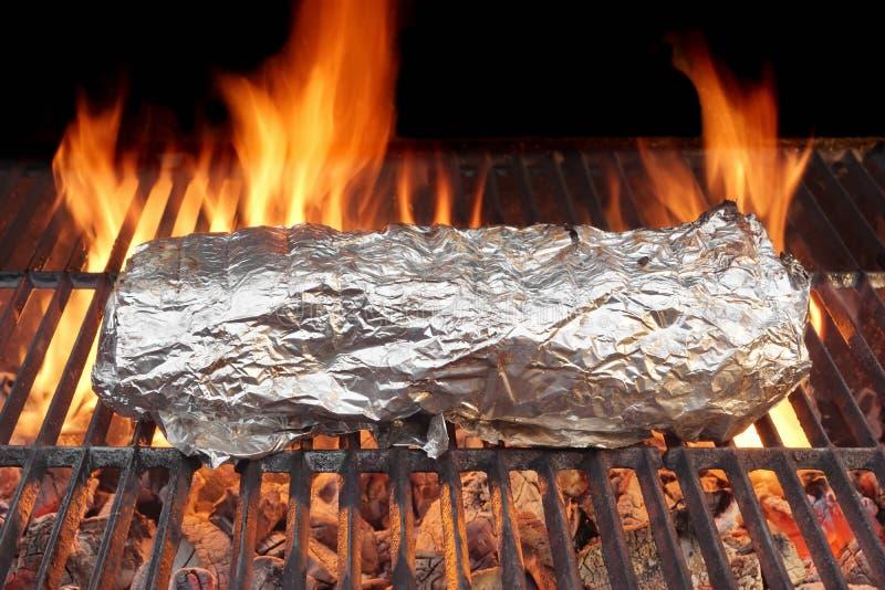 Vlees in Folie bij de Grill wordt geroosterd die royalty-vrije stock fotografie