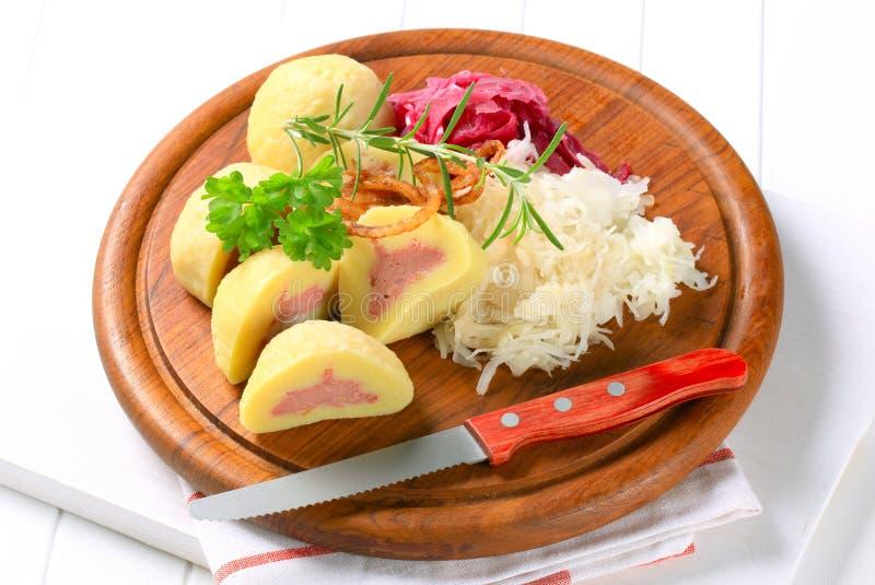 Vlees gevulde aardappelbollen met kool stock foto