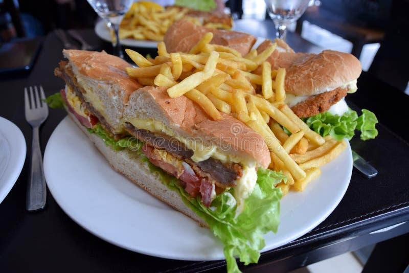 Vlees, kaas, bacon, tomaten en slasandwich stock afbeeldingen