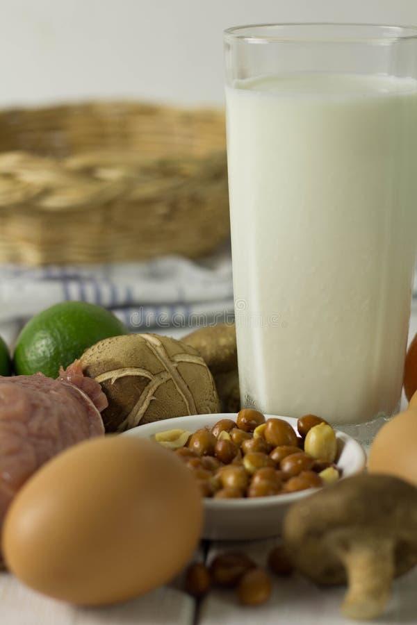 Vlees, melk, eieren en vruchten stock fotografie