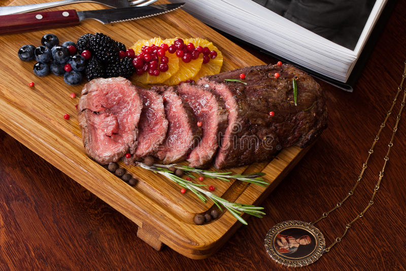 Vlees met bessen stock afbeelding