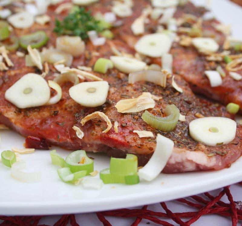 Vlees met knoflook en uien stock foto