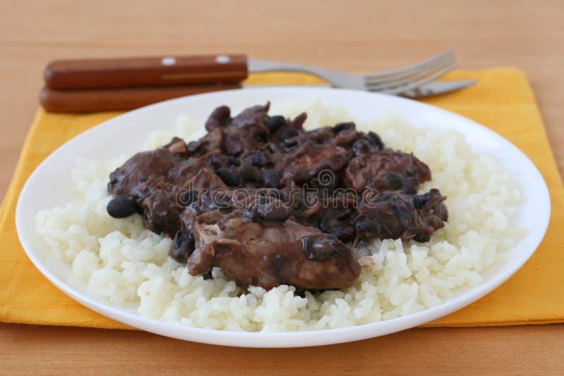 Vlees met worsten en bonen op rijst stock foto's