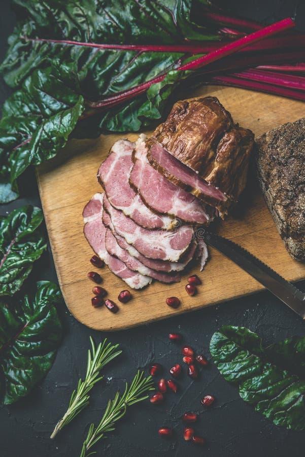 Vlees op zwarte raad stock foto