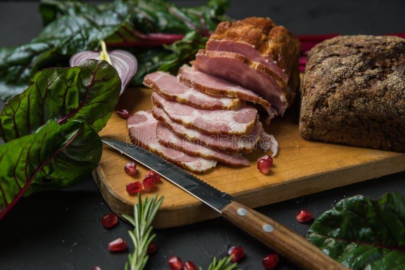 Vlees op zwarte raad stock foto's