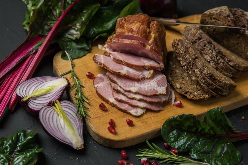 Vlees op zwarte raad stock fotografie