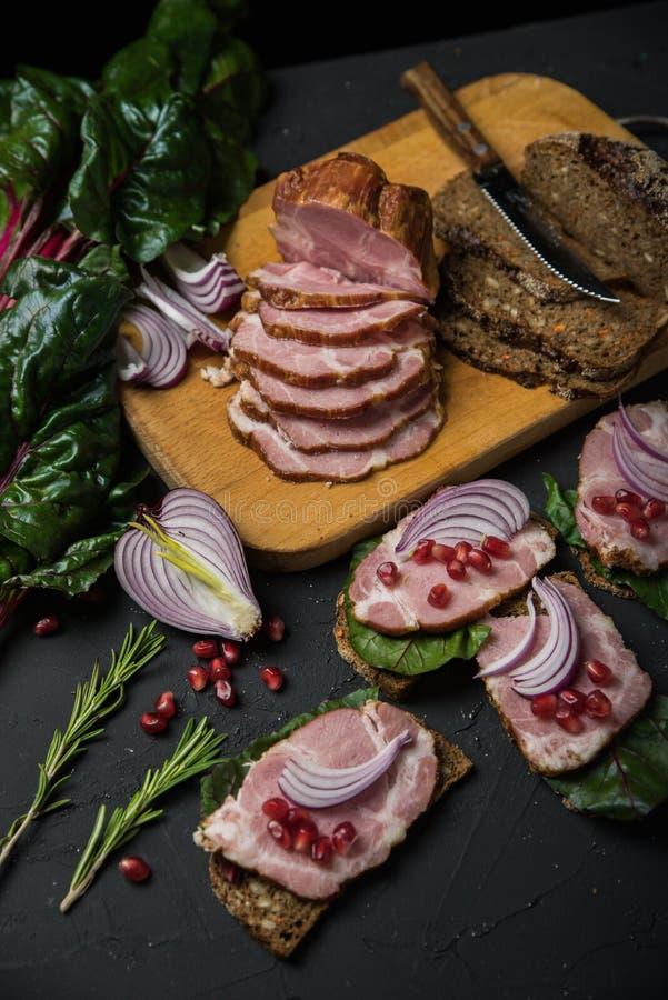 Vlees op zwarte raad royalty-vrije stock afbeelding