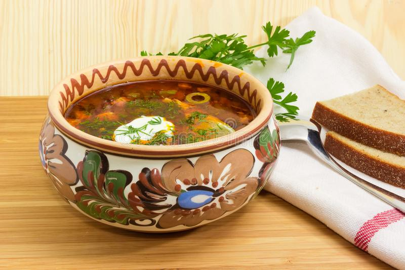 Vlees solyanka in komclose-up op houten oppervlakte royalty-vrije stock afbeelding