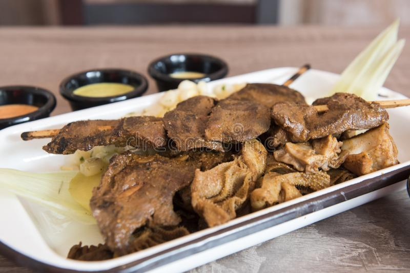 Vlees van het het rundvleeshart van traditionele Peruviaanse voedsel het 'Anticuchos geroosterde doorstoken die bij de barbecuegr stock afbeelding