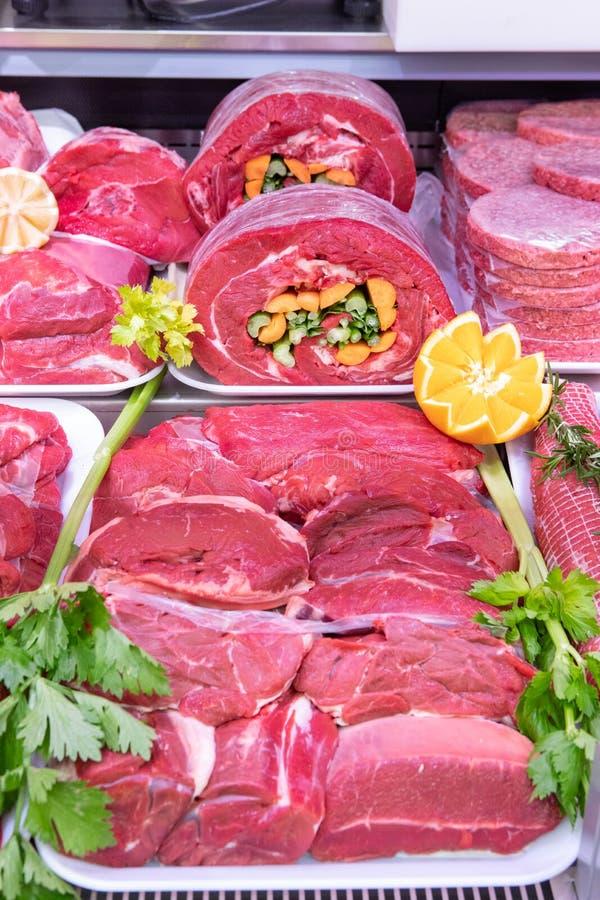 Vleesafdeling in slachterij binnen een wandelgalerij en voedselsupermarkt stock afbeeldingen
