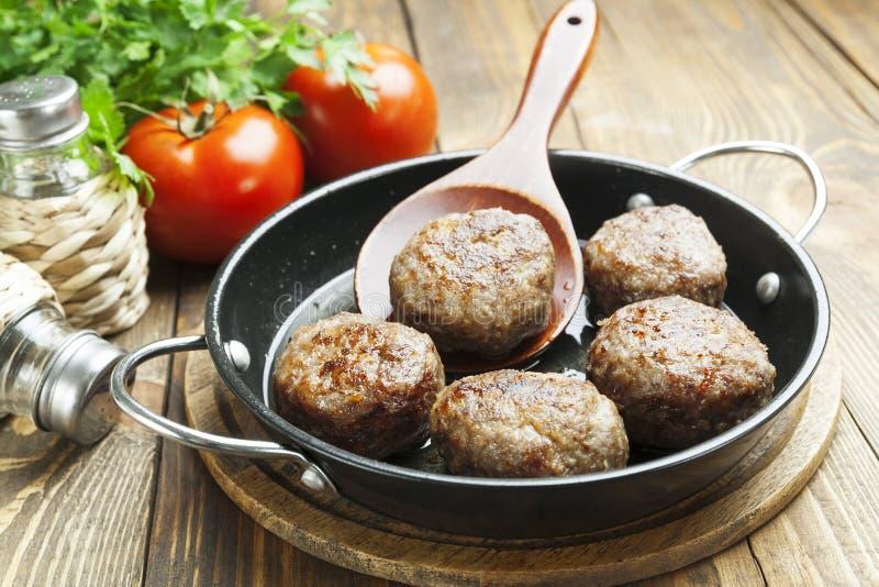 Vleesballetjes in de pan stock afbeelding