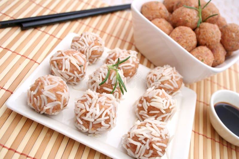 Vleesballetjes met rijst stock afbeelding