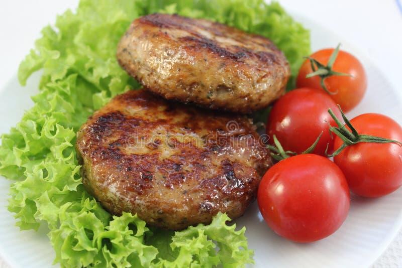 Vleesballetjes met salade en cocktailtomaten stock fotografie