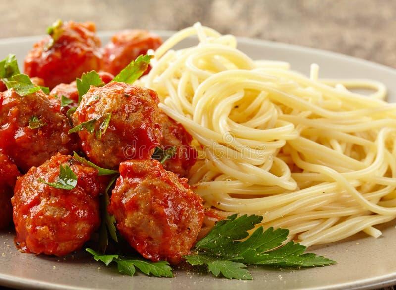 Vleesballetjes met tomatensaus en spaghetti stock foto