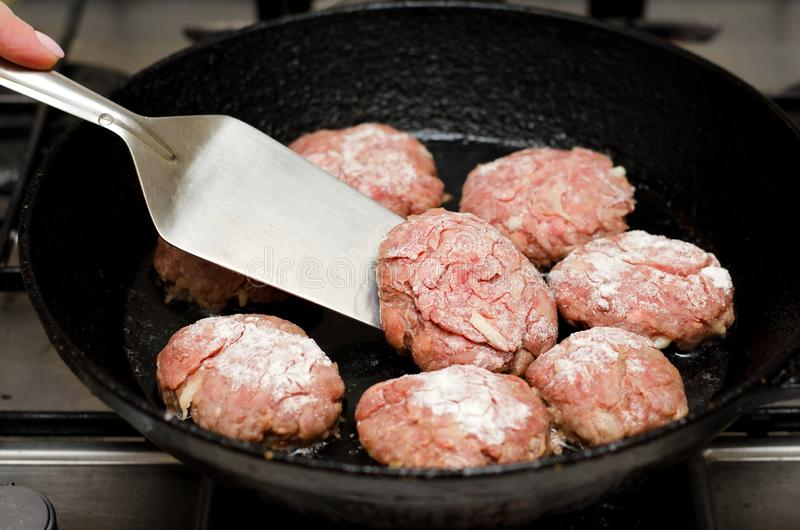 Vleesballetjes op zwarte pan worden geroosterd die royalty-vrije stock afbeelding