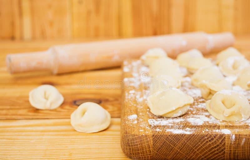 Vleesbollen, ravioli, op houten achtergrond royalty-vrije stock fotografie