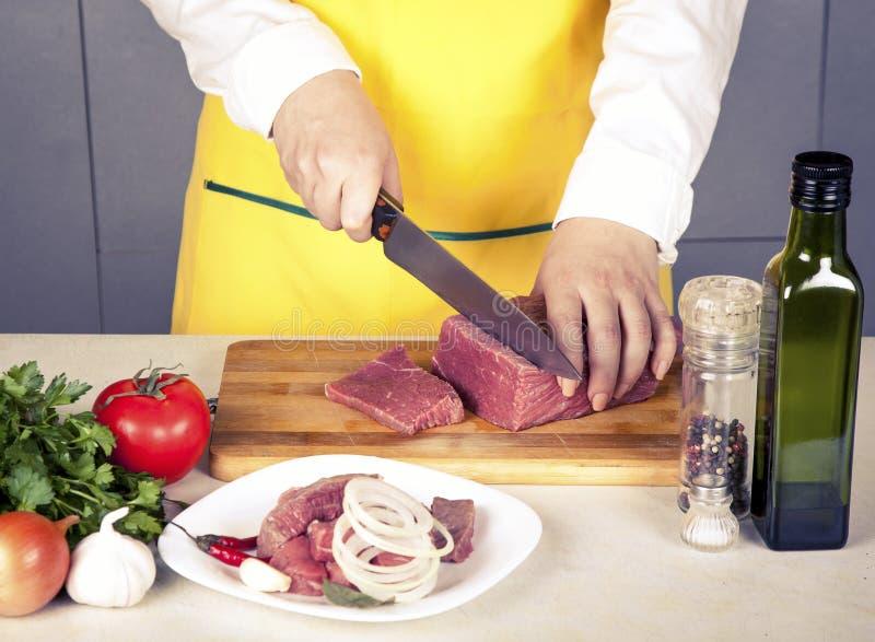 Vleesfilet op een lijst met kruiden en groenten royalty-vrije stock fotografie