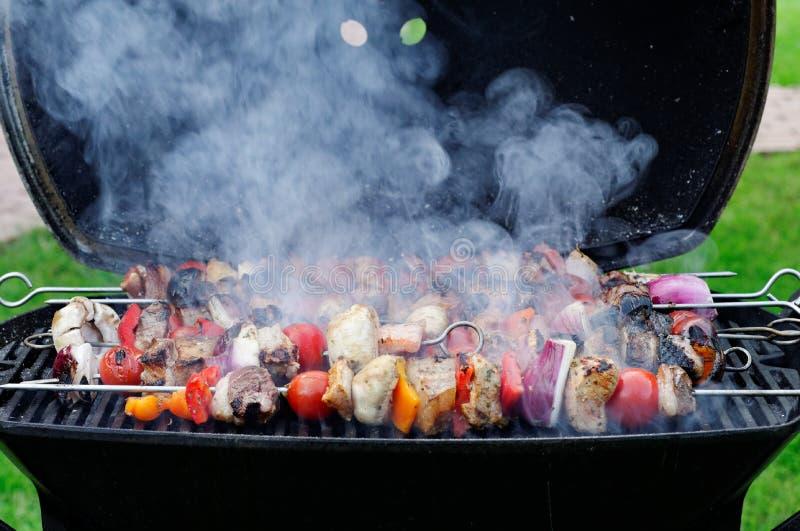 Vleespennen op barbecue royalty-vrije stock afbeelding