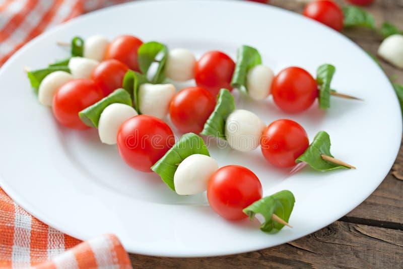 Vleespennen van de Caprese de traditionele mediterrane salade stock afbeelding