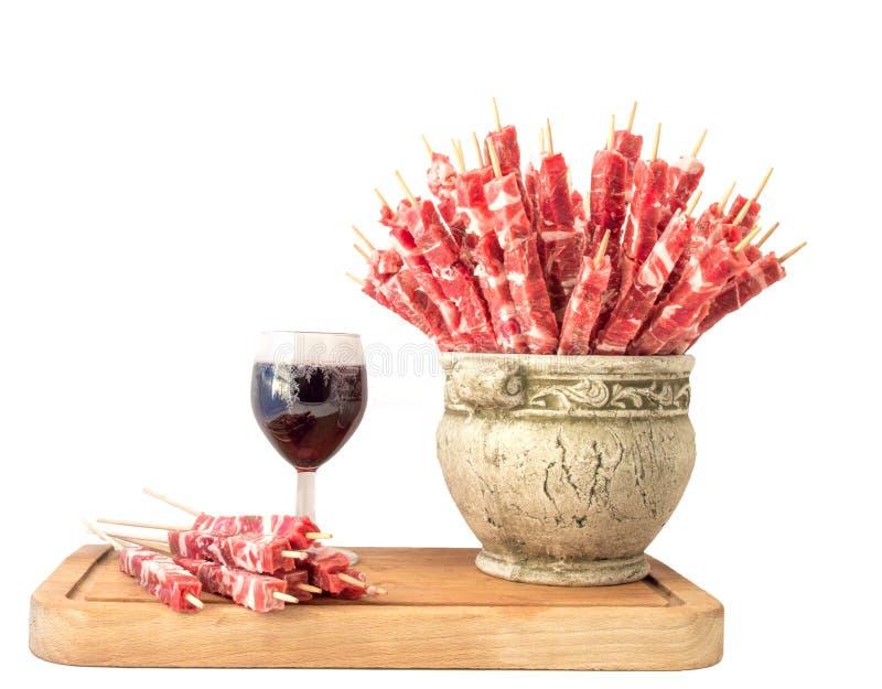 Vleespennen van vlees en een glas rode wijn stock foto's