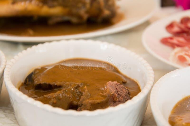 Vleesschotel in een restaurant royalty-vrije stock afbeeldingen