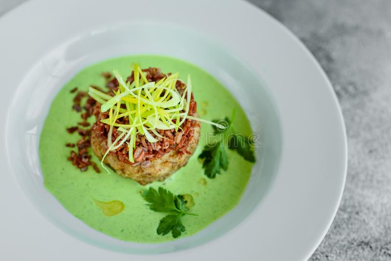 Vleesschotel met rijst, uienplakken, greens en saus royalty-vrije stock foto's