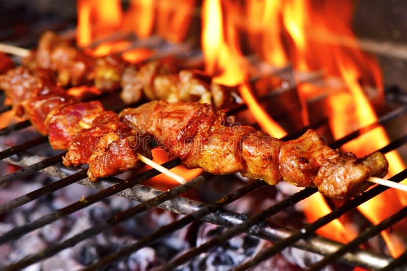 Vleesvleespennen in een barbecue stock afbeelding