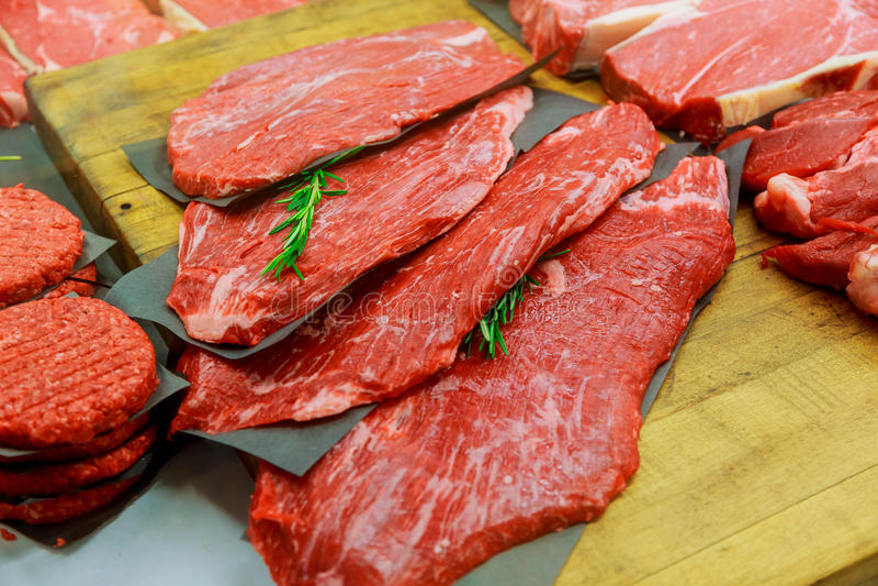 Vleeswaren binnen in kleine slagerij royalty-vrije stock foto's