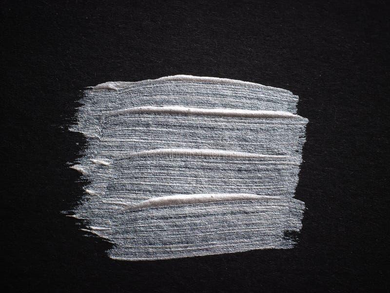 Vlek van zilveren verf op zwart karton Lege plaats voor uw tekst royalty-vrije stock foto