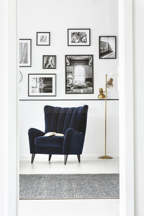In vleugel achterstoel in buitensporig slaapkamerbinnenland met elegant meubilair stock afbeeldingen