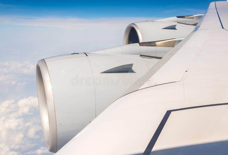 Vleugel met motoren die van Luchtbus A380 over wolken vliegen stock foto's