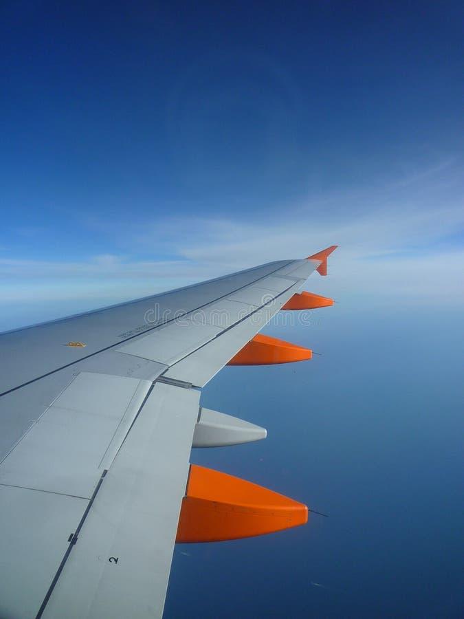 Vleugel op de blauwe eindeloze hemel royalty-vrije stock foto's