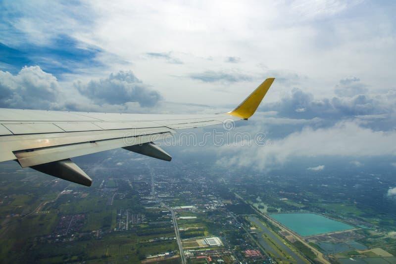 Vleugel van een vliegtuig dat boven de wolken vliegt stock afbeeldingen
