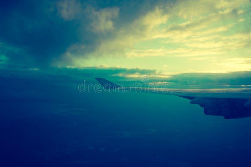 Vleugel van een vliegtuig die in de wolken vliegen royalty-vrije stock foto