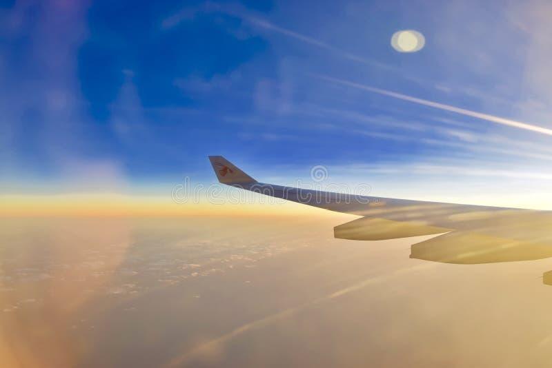 Vleugel van een vliegtuig met mooie mening stock fotografie