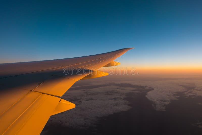 Vleugel van het vliegtuig en een mooie hemel royalty-vrije stock afbeeldingen