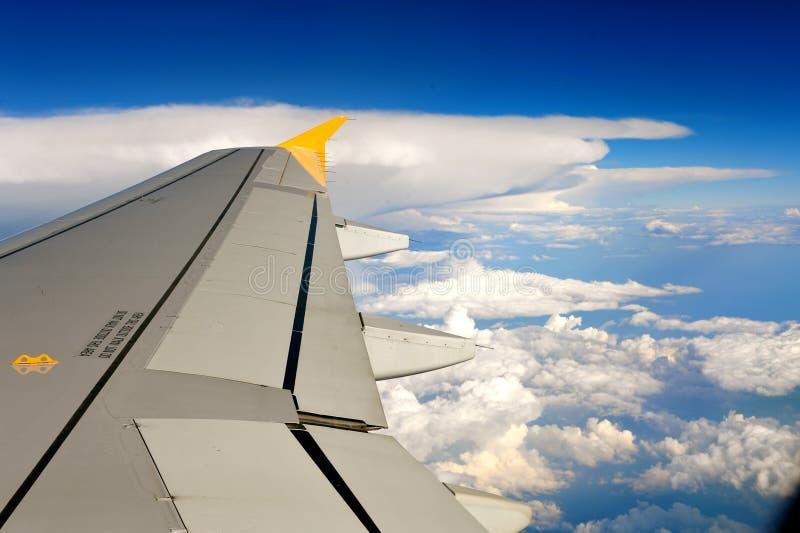 Vleugel van het vliegtuig op hemel royalty-vrije stock foto