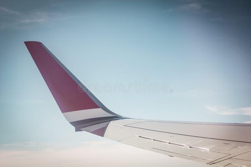 Download Vleugel van vliegtuig stock afbeelding. Afbeelding bestaande uit snel - 39110199