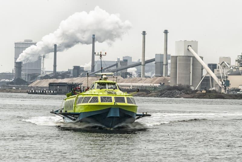 Vleugelboot bij volledige snelheid in een kanaal royalty-vrije stock afbeelding