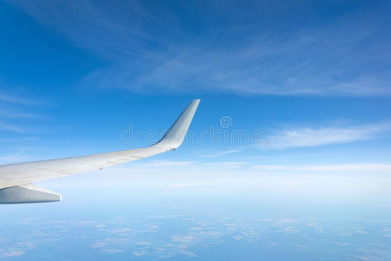 Vleugelmening van het vliegtuig op winglets, wolken op de horizon tijdens het beklimmen van vliegniveau royalty-vrije stock fotografie