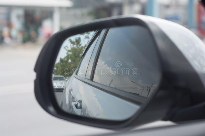 Vleugelspiegel van auto die op weg wijzen stock foto's