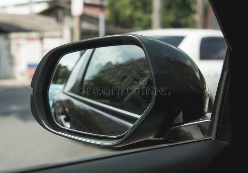 Vleugelspiegel van zwarte auto royalty-vrije stock afbeelding