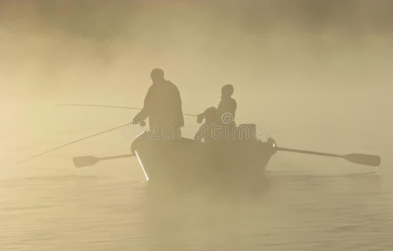 Vlieg die in een boot van de Afwijking in de Mist vist royalty-vrije stock afbeeldingen