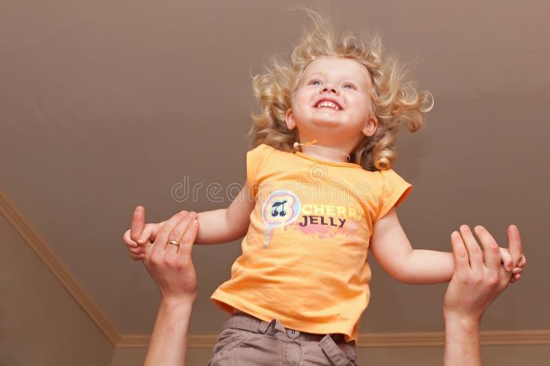Vliegend gelukkig meisje royalty-vrije stock foto